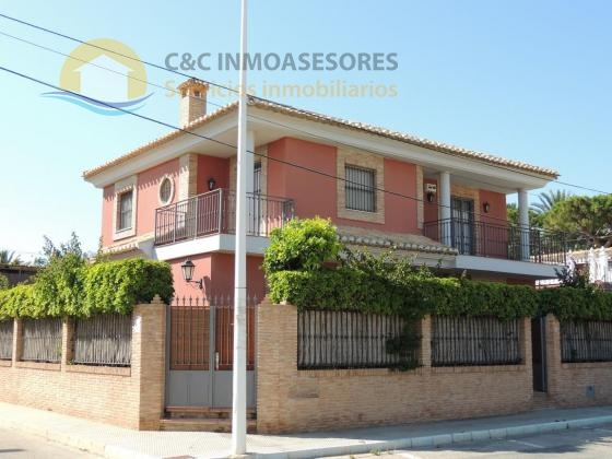 Detached villa with pool 500 meters from the beach