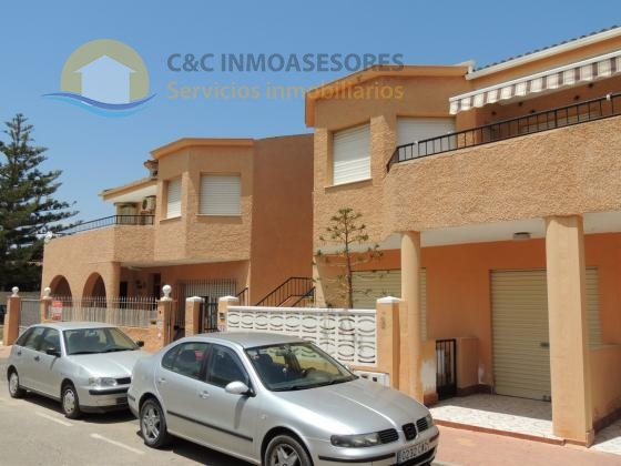 Semi-detached five bedroom villa with closed garage
