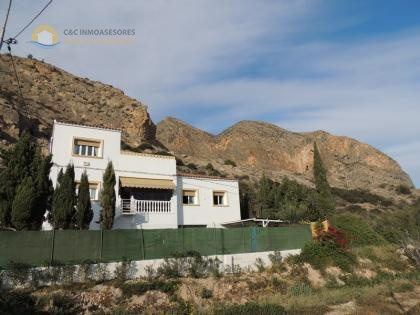 Beautiful 4 bedroom house close to mountains